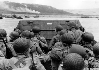 A group of soldiers heading to shore for war.